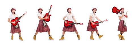 El scotsman que toca la guitarra aislada en blanco fotos de archivo