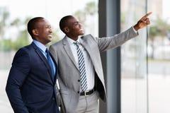 El señalar africano de los hombres de negocios foto de archivo