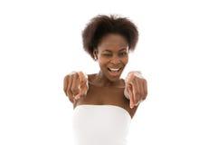 El señalar afroamericano feliz joven aislado de la mujer. Foto de archivo libre de regalías