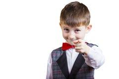 El señalar al niño pequeño divertido de la cámara imagen de archivo