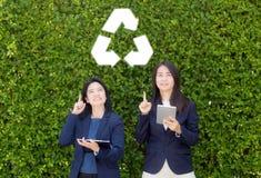 El señalar asiático de las personas de la mujer dos recicla símbolo Imágenes de archivo libres de regalías
