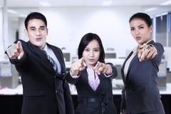 El señalar asiático del equipo del negocio Fotos de archivo