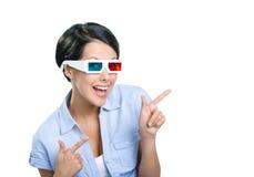El señalar con la muchacha de los índices en las gafas 3D Fotos de archivo