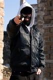 El señalar criminal con un arma Imagen de archivo libre de regalías
