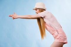 El señalar del equipo del verano de la mujer que lleva Foto de archivo