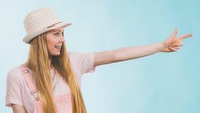 El señalar del equipo del verano de la mujer que lleva Fotografía de archivo