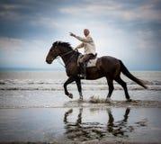 El señalar del jinete del caballo de la playa Foto de archivo