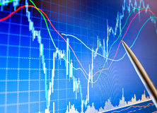 El señalar en el gráfico financiero Fotografía de archivo