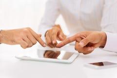El señalar en la tableta digital Fotografía de archivo libre de regalías