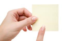 El señalar en un post-it amarillo Foto de archivo