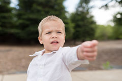 El señalar exterior del retrato joven del niño Fotos de archivo