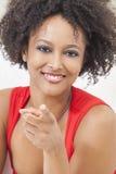 El señalar feliz de la muchacha del afroamericano de la raza mezclada Fotos de archivo