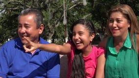 El señalar feliz del niño y de la familia metrajes