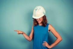 El señalar femenino joven del constructor imágenes de archivo libres de regalías