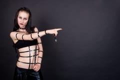 El señalar gótico atractivo de la muchacha del emo Imagen de archivo