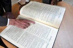 El señalar hebreo de la mano de libro Imagenes de archivo