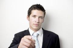 El señalar joven del hombre de negocios Imagenes de archivo