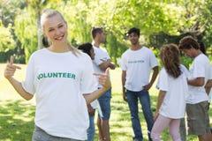 El señalar voluntario hermoso en la camiseta Imagen de archivo