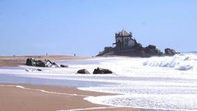 El señor de la capilla Capela de la roca hace Senhor DA Pedra en Miramar, Portugal almacen de video