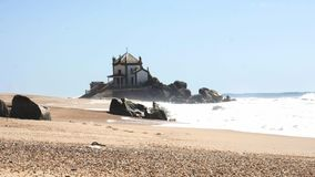 El se?or de la capilla Capela de la roca hace Senhor DA Pedra en Miramar, Portugal almacen de metraje de vídeo