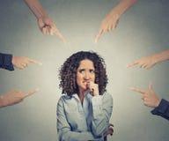 El señalar culpable de los fingeres de la mujer de negocios de la acusación social Foto de archivo libre de regalías