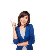 El señalar sonriente de la mujer encima de mostrar el espacio de la copia Imágenes de archivo libres de regalías