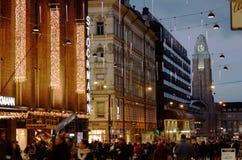 El seasone de la Navidad comienza en Helsinki. Las luces de la Navidad a Imágenes de archivo libres de regalías