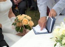 El secretario muestra a novia donde firmar imagen de archivo libre de regalías
