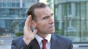 El secreto, centro envejeció al hombre de negocios Listening con la atención almacen de metraje de vídeo