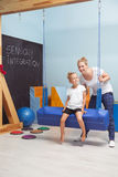 El Seesawing en actividades de la fisioterapia Fotos de archivo libres de regalías