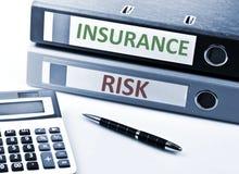 El seguro escribe en carpeta Foto de archivo libre de regalías