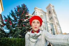 El selfie de fabricación turístico de la mujer en la Navidad adornó Florencia Imagen de archivo libre de regalías