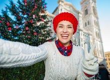El selfie de fabricación turístico de la mujer en la Navidad adornó Florencia Imagenes de archivo