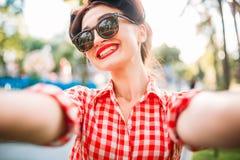 El selfie modelo de la muchacha tiró al aire libre, moda de los años 50 Imagenes de archivo