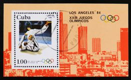 El sello de Cuba muestra luchando, los 23os Juegos Olímpicos del verano, Los Ángeles 1984, los E.E.U.U., circa 1983 Fotografía de archivo libre de regalías