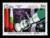 El sello de Cuba muestra el satélite de primero ministro Bolgarian en espacio, 1979, y banderas, circa 1984 Foto de archivo libre de regalías