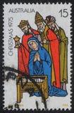 El sello de la Navidad impreso en Australia muestra el nacimiento de Jesus Christ, adoración de unos de los reyes magos Foto de archivo libre de regalías