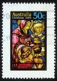 El sello de la Navidad impreso en Australia muestra el nacimiento de Jesus Christ, adoración de unos de los reyes magos Fotografía de archivo