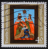 El sello de la Navidad impreso en la Alemania muestra el nacimiento de Jesus Christ, adoración de unos de los reyes magos Imagenes de archivo