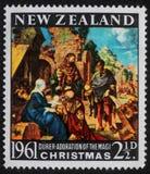 El sello de la Navidad impreso en Nueva Zelanda muestra el nacimiento de Jesus Christ, adoración de unos de los reyes magos Fotografía de archivo libre de regalías