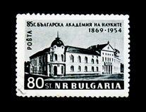El sello de Ulgaria muestra la fachada de la academia de la ciencia, 85 aniversario, circa1954 Foto de archivo