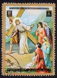 El sello impreso en Ajman muestra las 8vas estaciones de la cruz Fotografía de archivo libre de regalías
