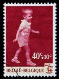 El sello impreso en Bélgica se dedica al 100o aniversario de la Cruz Roja internacional Foto de archivo libre de regalías