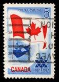 El sello impreso en Canadá muestra la bandera de Canadá Fotografía de archivo