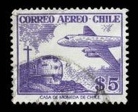 El sello impreso en Chile muestra el avión en el fondo del tren Foto de archivo