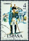 El sello impreso en España muestra el tío real de la artillería del abanderado Fotografía de archivo