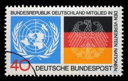 El sello impreso en la Alemania muestra emblemas de la O.N.U y las banderas alemanas, admisión del ` s de Alemania a la O.N.U Imagen de archivo