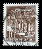 El sello impreso en la Austria muestra las columnas Románicas, abadía de Millstatt Fotografía de archivo libre de regalías