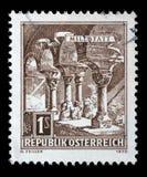 El sello impreso en la Austria muestra las columnas Románicas, abadía de Millstatt Foto de archivo libre de regalías