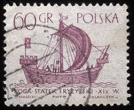 El sello impreso en Polonia muestra una nave del vintage Imagen de archivo libre de regalías